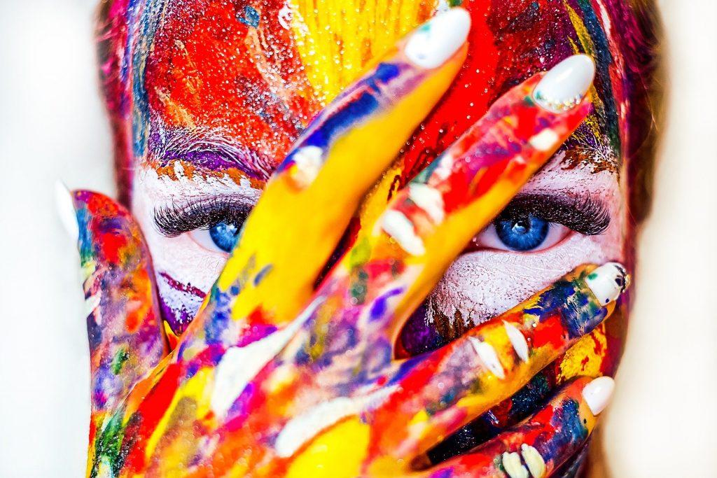 femme artiste avec peinture sur le visage